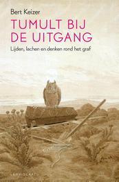 Tumult bij de uitgang lijden, lachen en denken rond het graf, Bert Keizer, Paperback