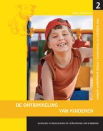 Scholing in begeleiding en verzorging van kinderen bastaat uit vier delen: 2 De ontwikkeling van kinderen voor pedagogisch medewerkers in kindercentra en onderwijsassistenten, Tassoni, Penny, Paperback