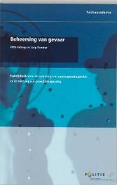Beheersing van gevaar praktijkboek voor de opleiding van vuurwapendragenden en de toetsing van geweldstoepassing, Paperback